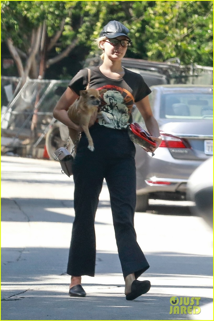 jennifer lawrence takes pup pippa to lunch in beverly hills 014120098