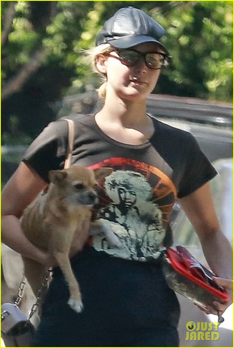 jennifer lawrence takes pup pippa to lunch in beverly hills 044120101