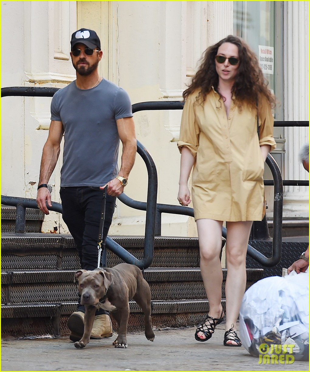 justin theroux female friend take his dog for a walk 014113101