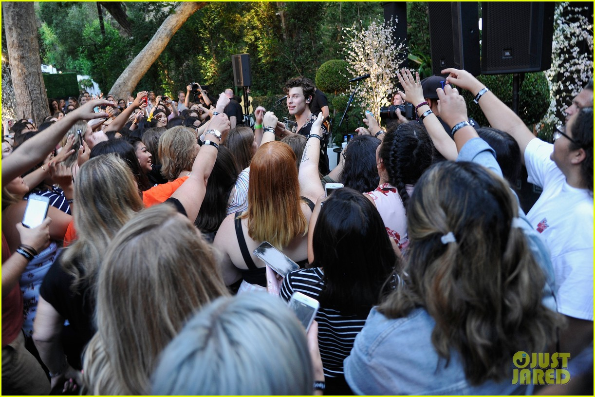 shawn mendes performs for his biggest fans at spotify event in beverly hills 014117301