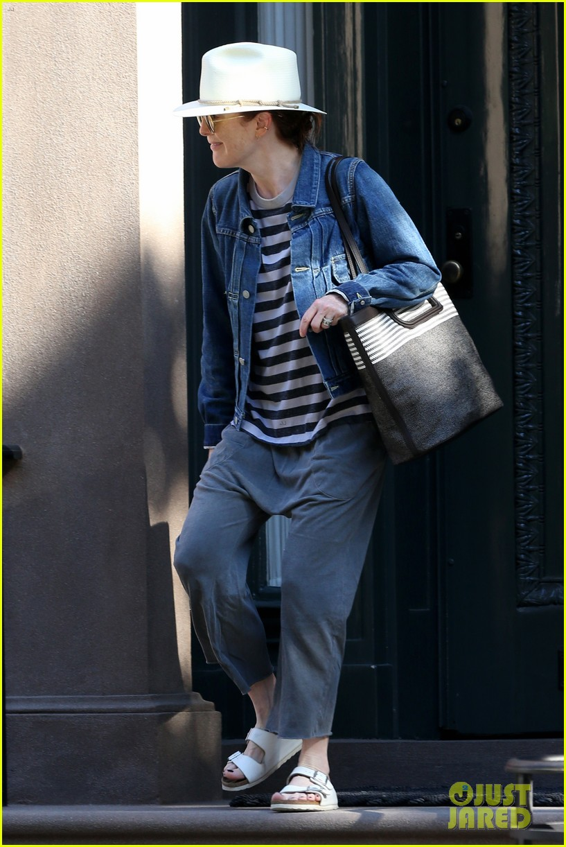 julianne moore is all smiles while running errands in nyc 014113165