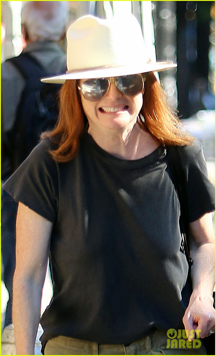 julianne moore is all smiles while running errands in nyc 024113166