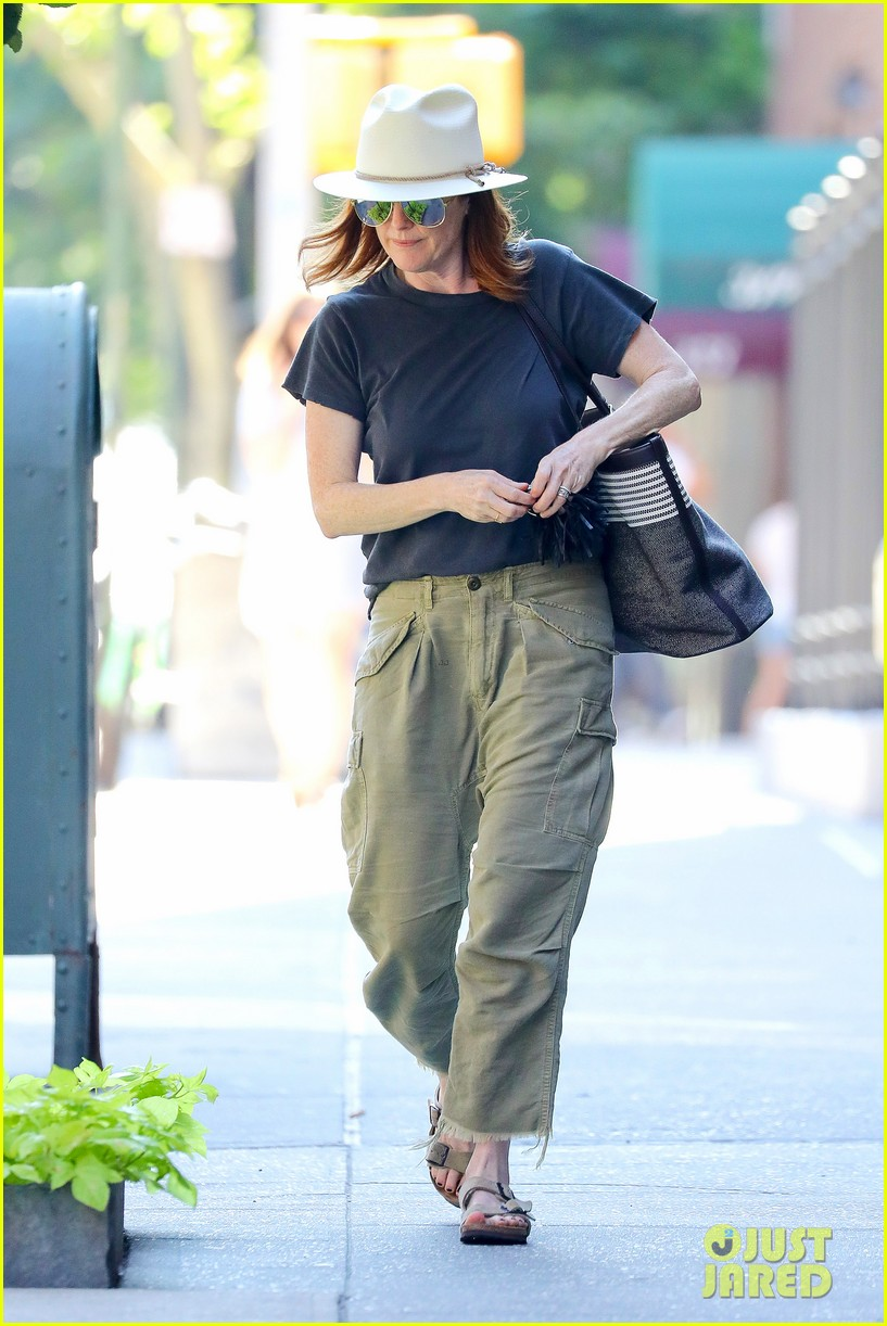 julianne moore is all smiles while running errands in nyc 034113167