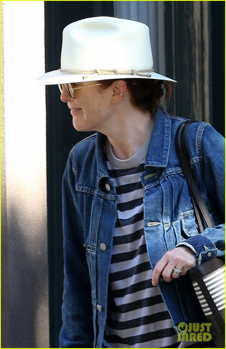 julianne moore is all smiles while running errands in nyc 044113168