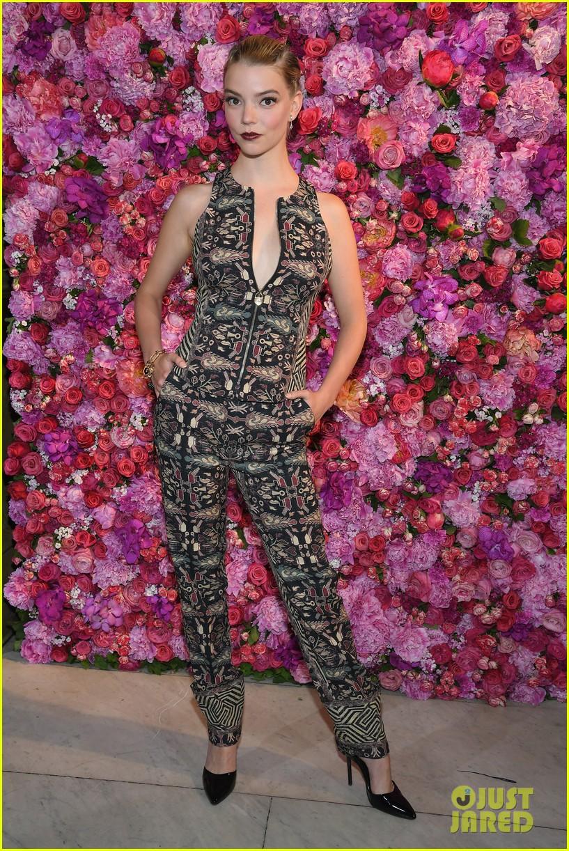 mandy moore gets glam for schiaparelli runway fashion show 034109952