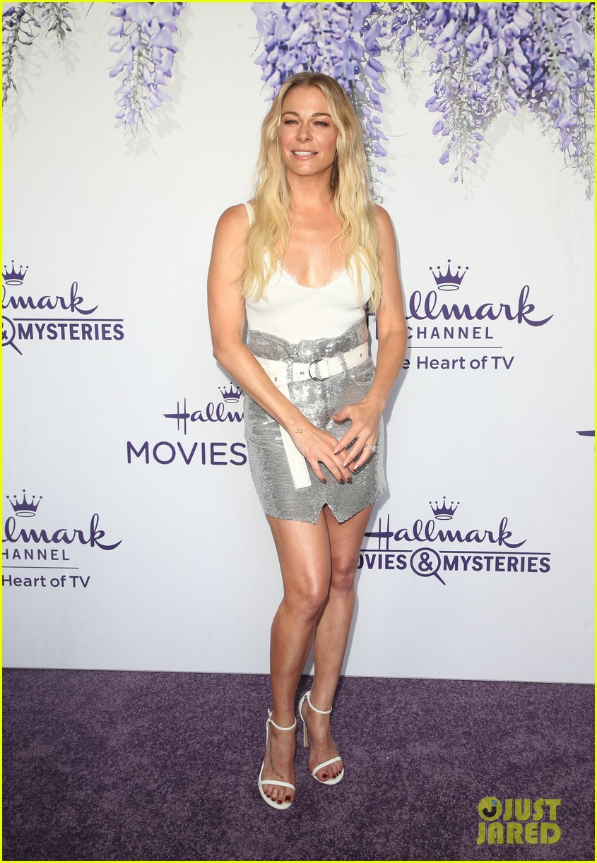 leann rimes set to star in hallmark christmas special embark on 2018 holiday tour 034121840