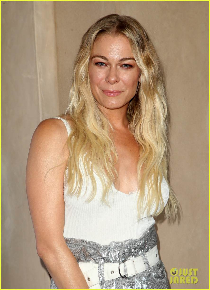 leann rimes set to star in hallmark christmas special embark on 2018 holiday tour 044121841