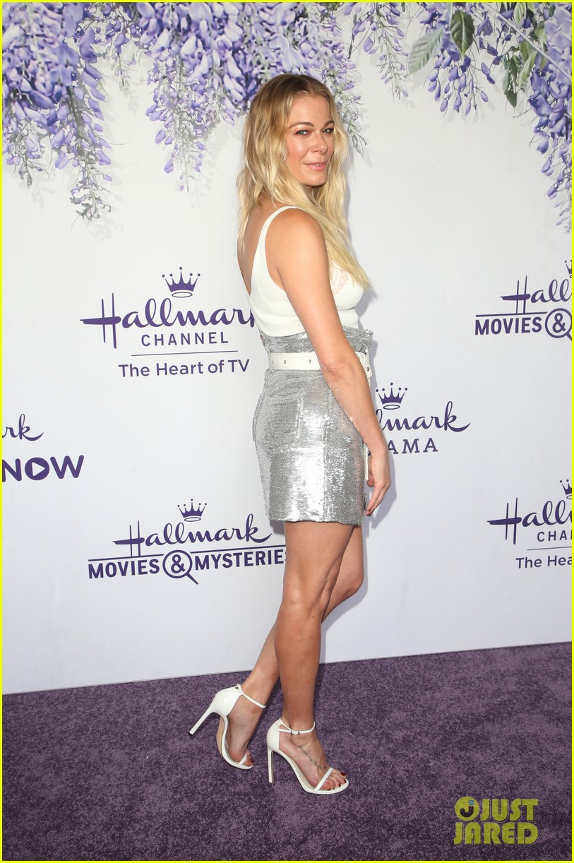 leann rimes set to star in hallmark christmas special embark on 2018 holiday tour 074121844