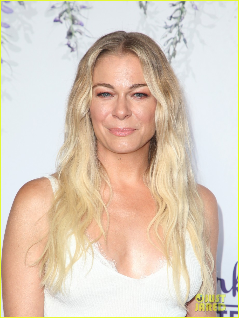 leann rimes set to star in hallmark christmas special embark on 2018 holiday tour 084121845