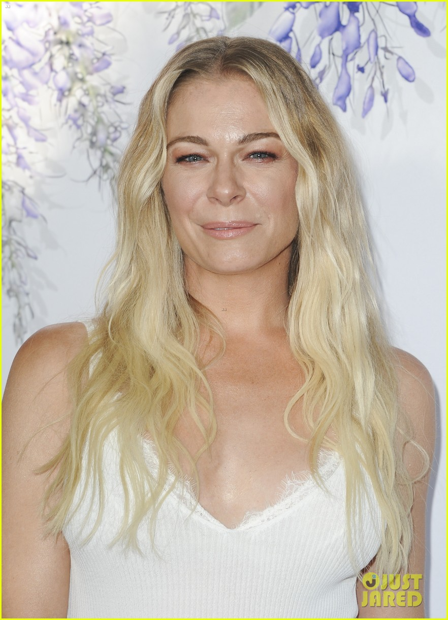 leann rimes set to star in hallmark christmas special embark on 2018 holiday tour 114121848