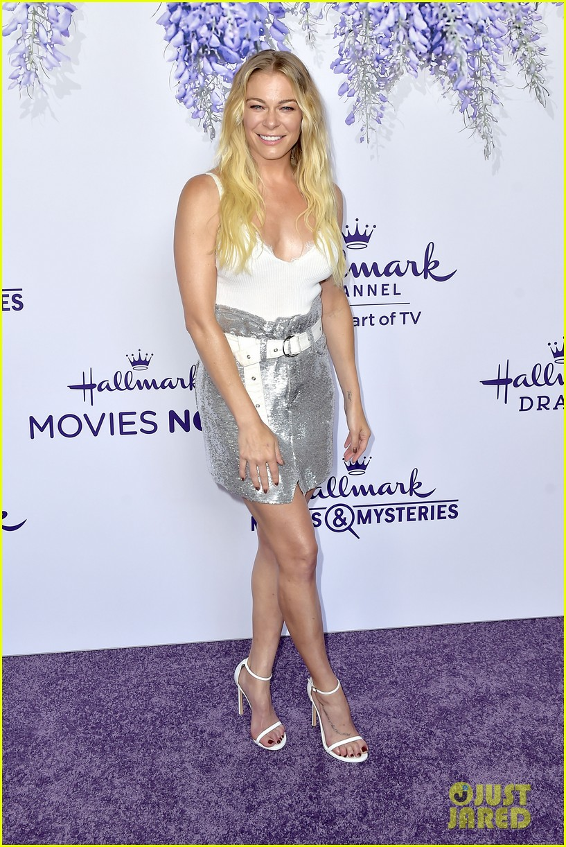 leann rimes set to star in hallmark christmas special embark on 2018 holiday tour 144121851
