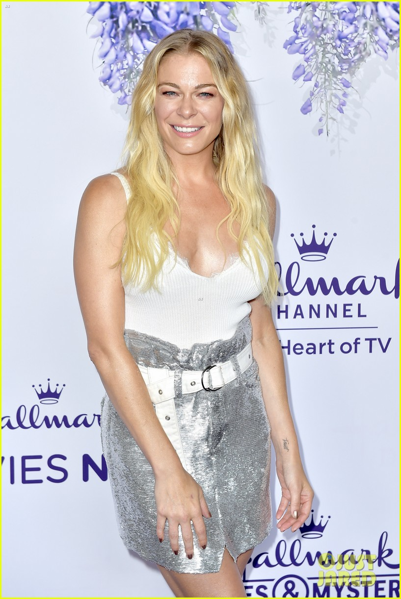 leann rimes set to star in hallmark christmas special embark on 2018 holiday tour 154121852