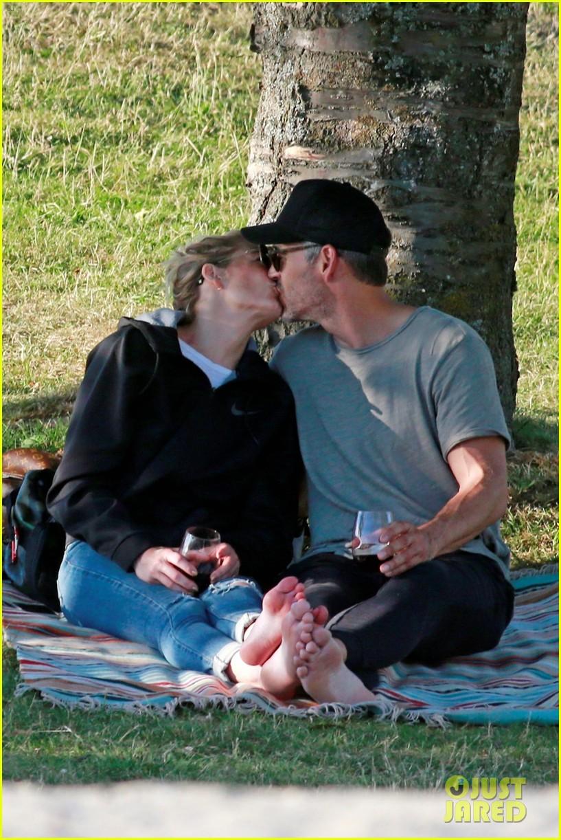 leann rimes and eddie cibrian enjoy romantic picnic in vancouver 034112162