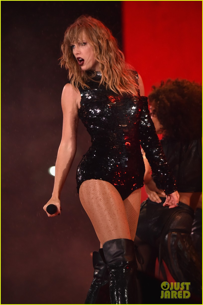Taylor Swift Doesnt Let The Rain Stop Her Reputation Tour Performance