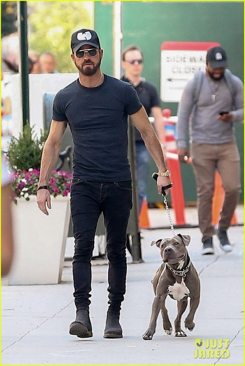 justin theroux puts his toned torso on display in tight t shirt 014112205