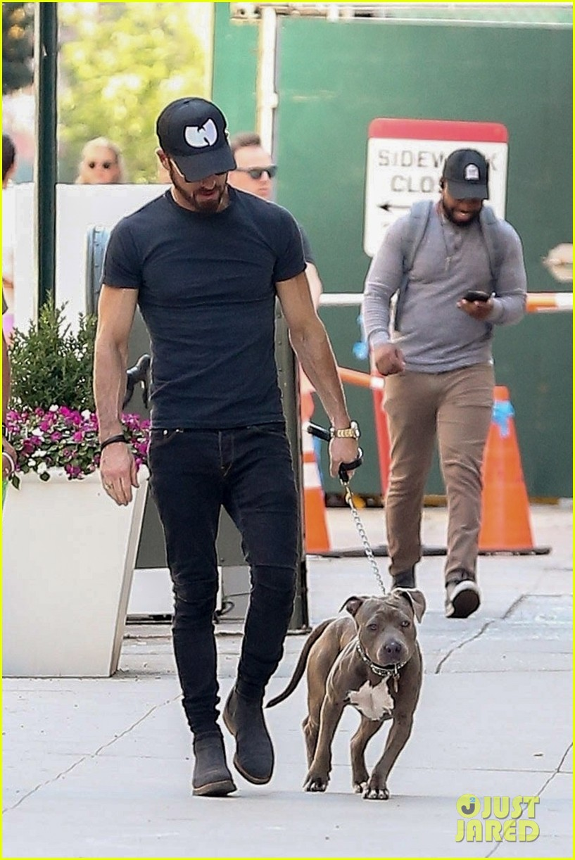 justin theroux puts his toned torso on display in tight t shirt 024112206