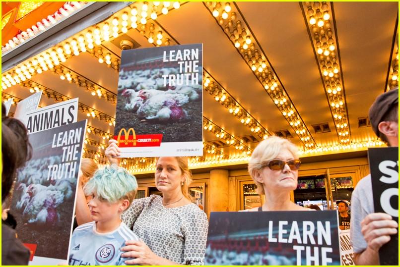edie falco protests mcdonalds 064130112