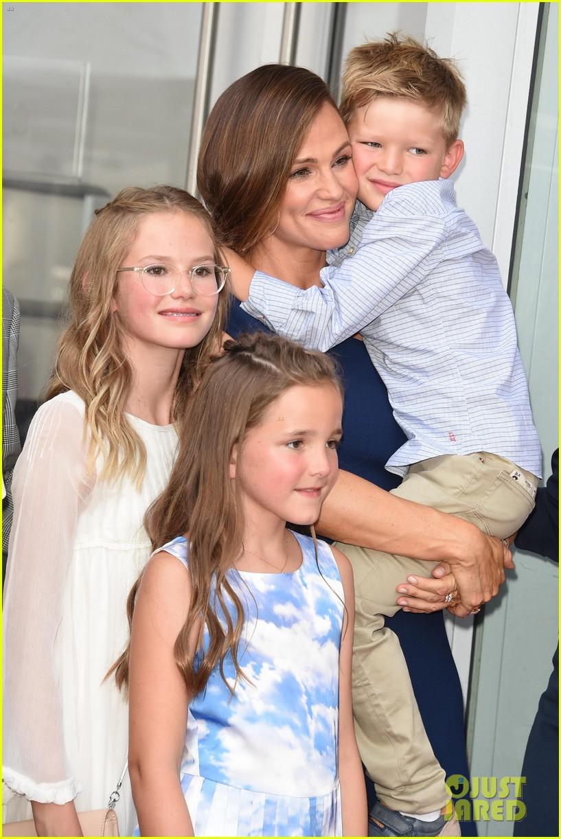 jennifer garner poses three kids walk of fame ceremony 014131383