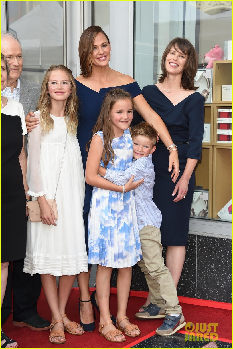 jennifer garner poses three kids walk of fame ceremony 034131385