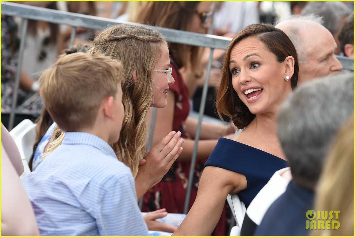 jennifer garner poses three kids walk of fame ceremony 064131388