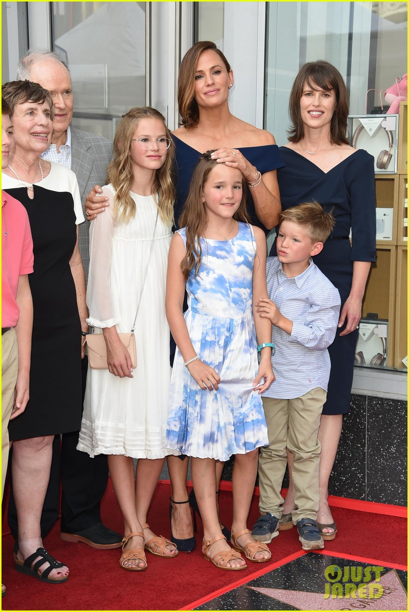 jennifer garner poses three kids walk of fame ceremony 084131390