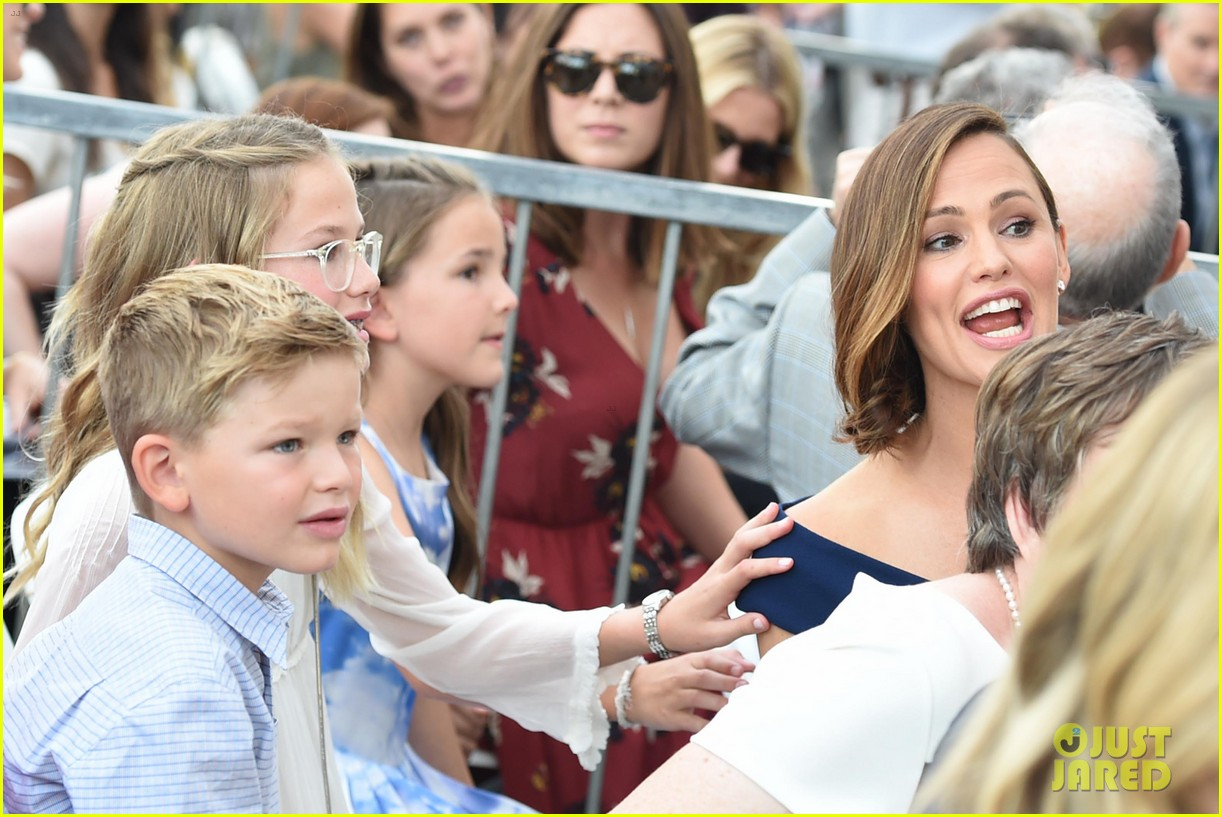 jennifer garner poses three kids walk of fame ceremony 104131392