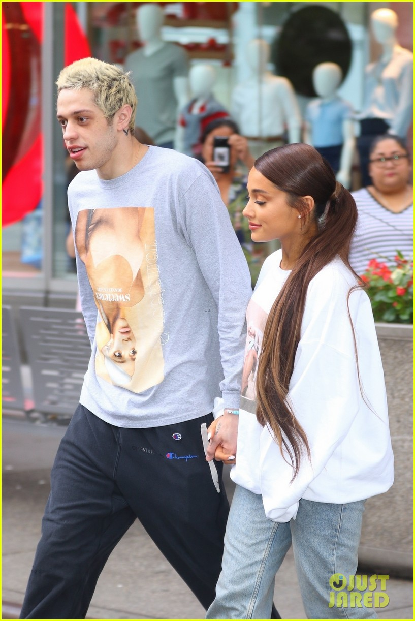 Ariana Grande Pete Davidson Go Shopping In Her Merch Photo 4132924 Ariana Grande Pete Davidson Pictures Just Jared