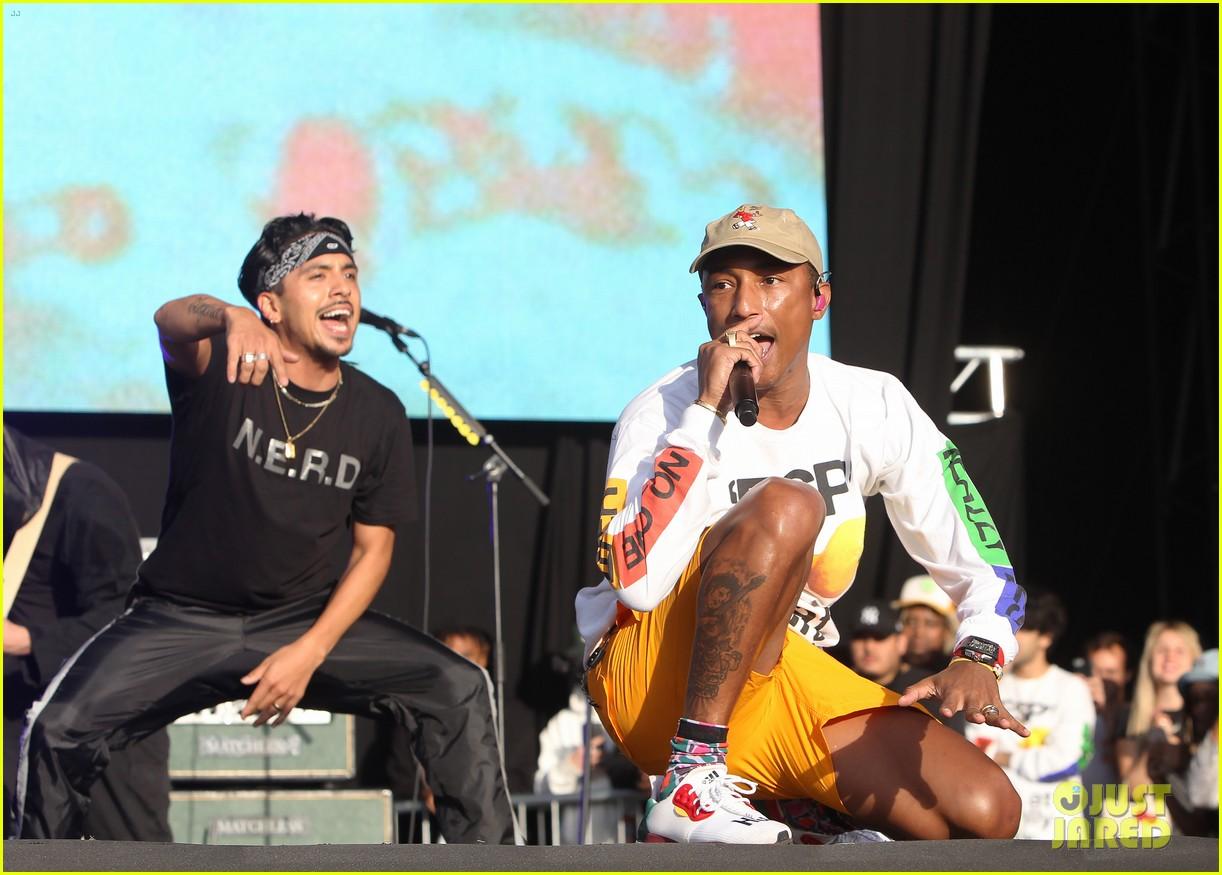 fb4e38c89 Dua Lipa   Pharrell Williams Hit the Stage at Reading Festival 2018 ...