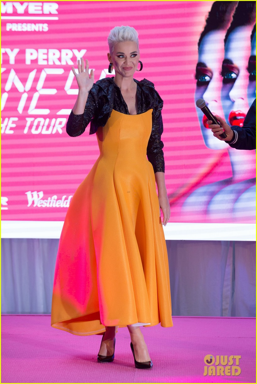 katy perry makes surprise mall appearance in melbourne 024124930