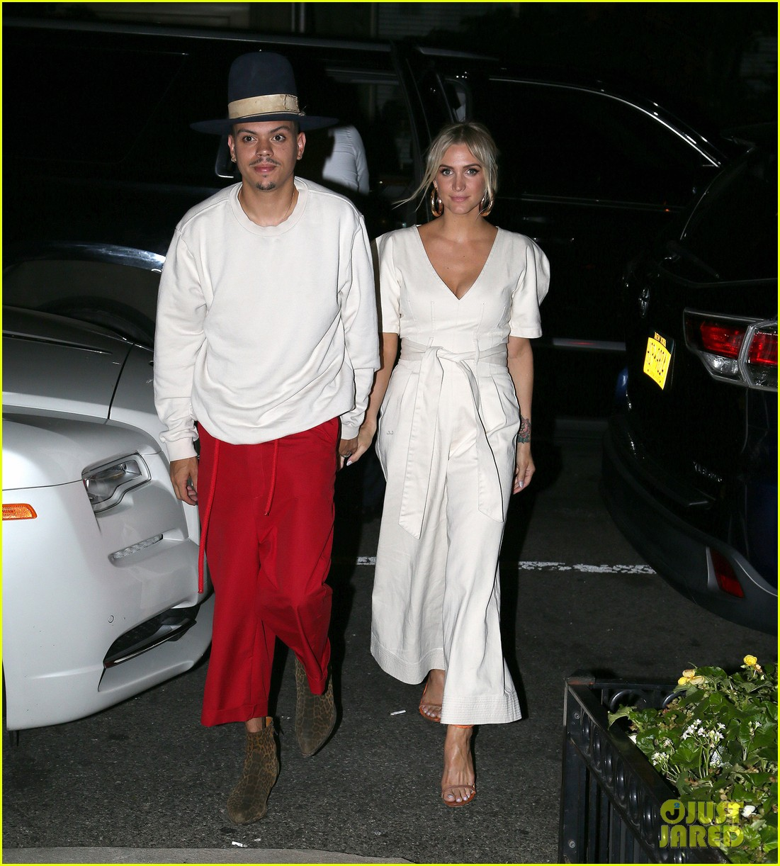 ashlee simpson evan ross hold hands on date night 014129565