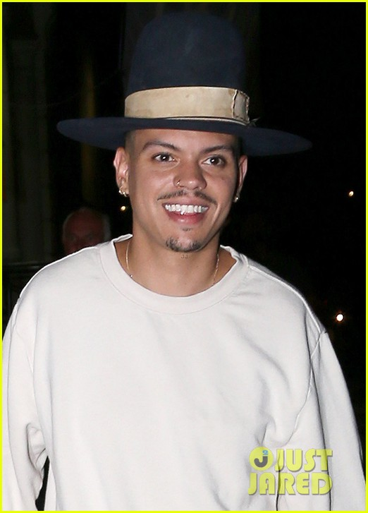 ashlee simpson evan ross hold hands on date night 044129568