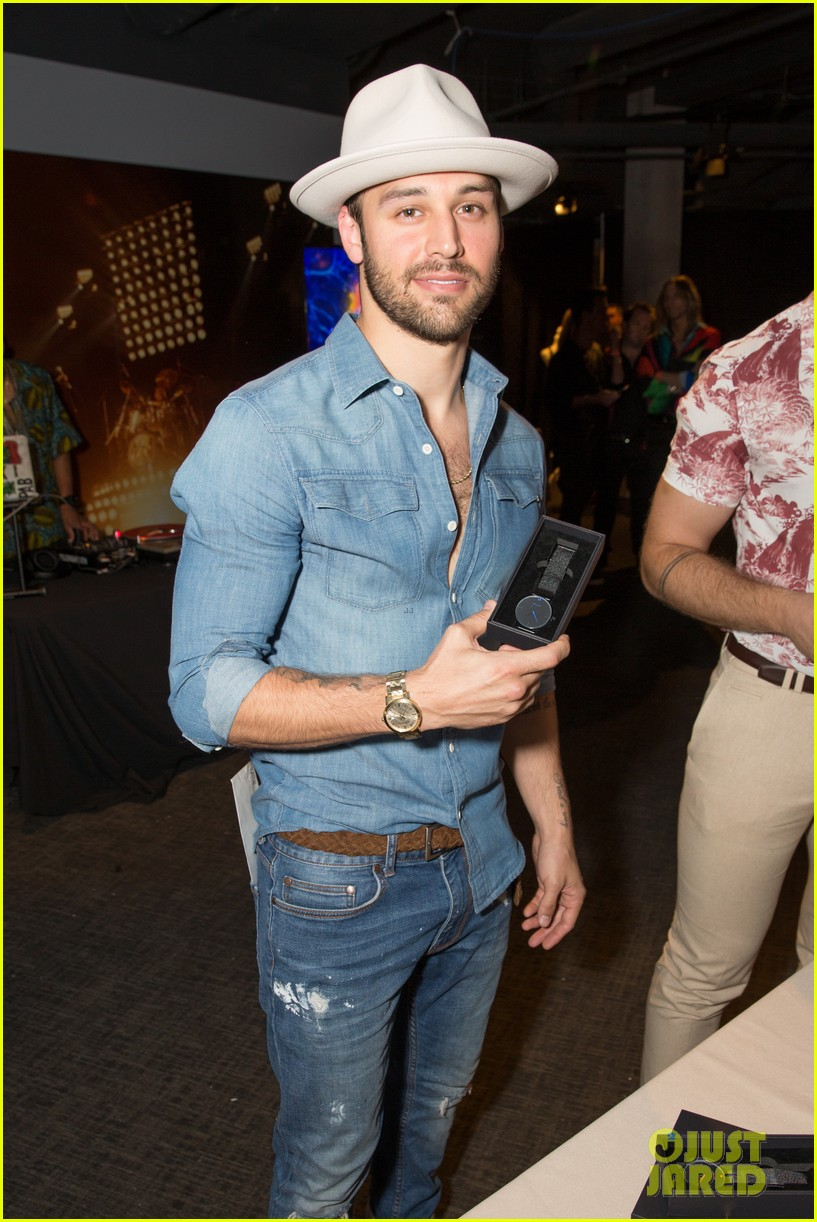 9 1 1 Hotties Oliver Stark Amp Ryan Guzman Step Out For