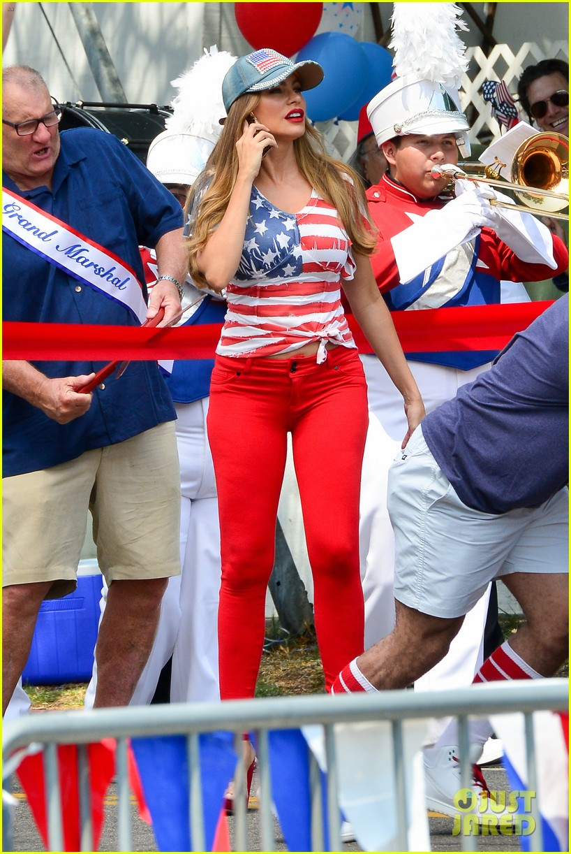 sofia vergara looks so patriotic while filming modern family