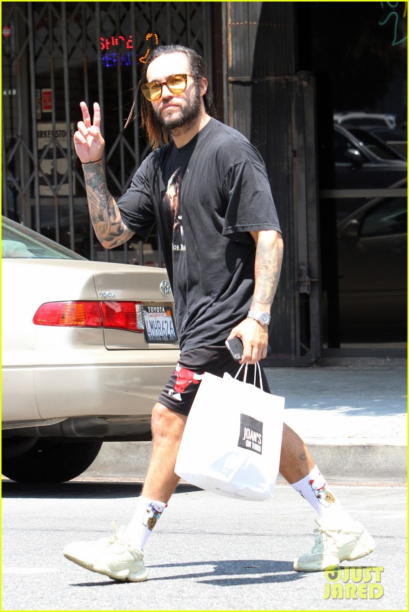 pete wentz loads up on groceries at farmers market 05