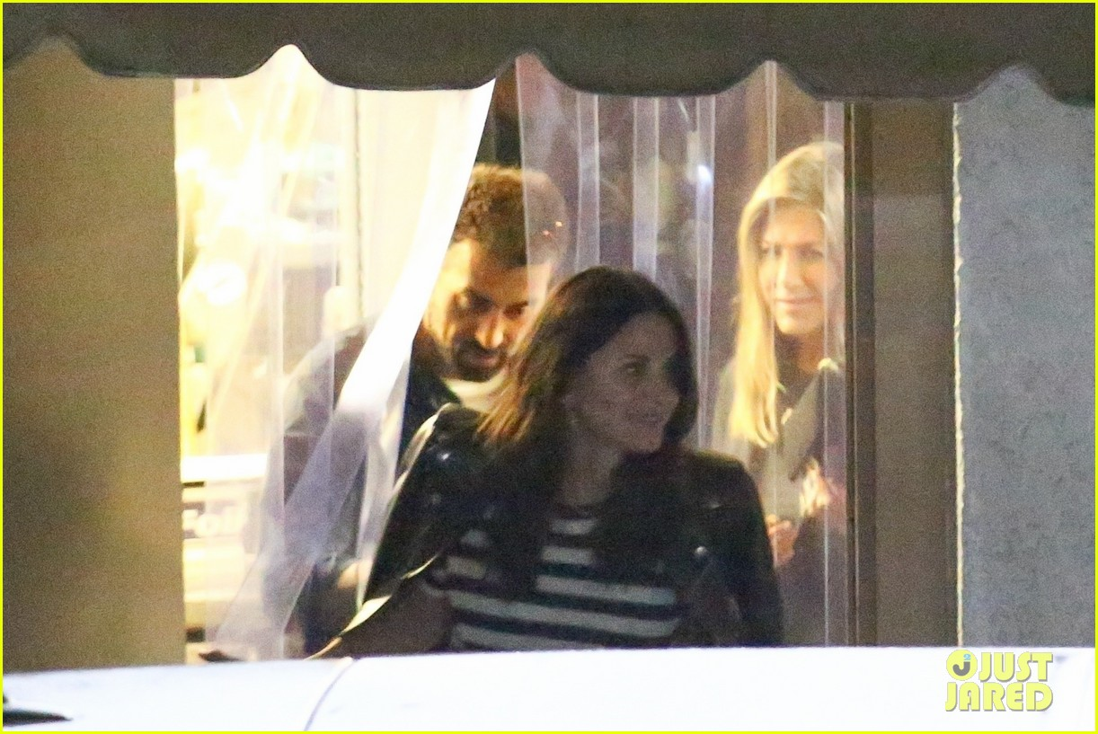 jennifer aniston courteney cox meet up for dinner in santa monica 024151833
