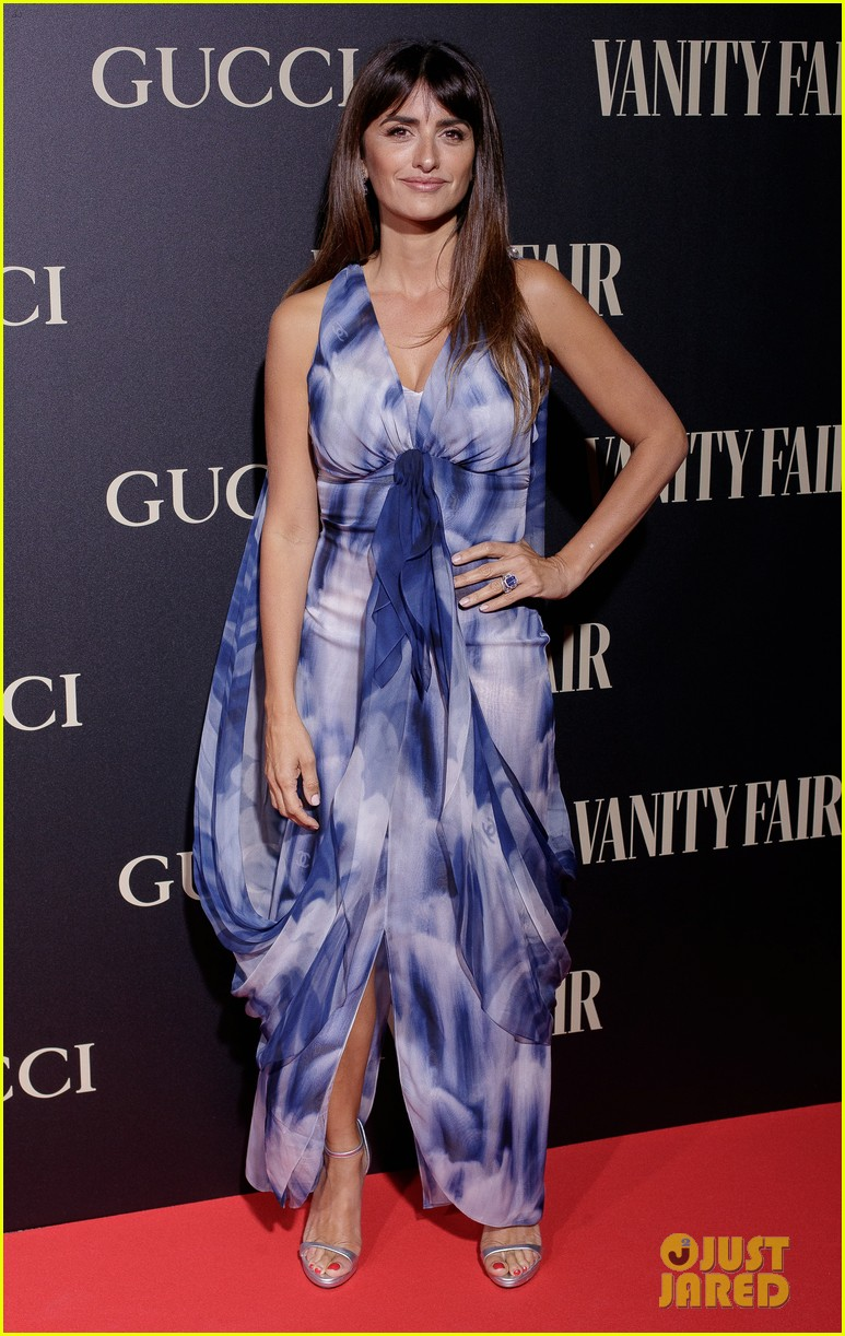 penelope cruz salma hayek step out for vanity fairs personality of the year awards 024154549