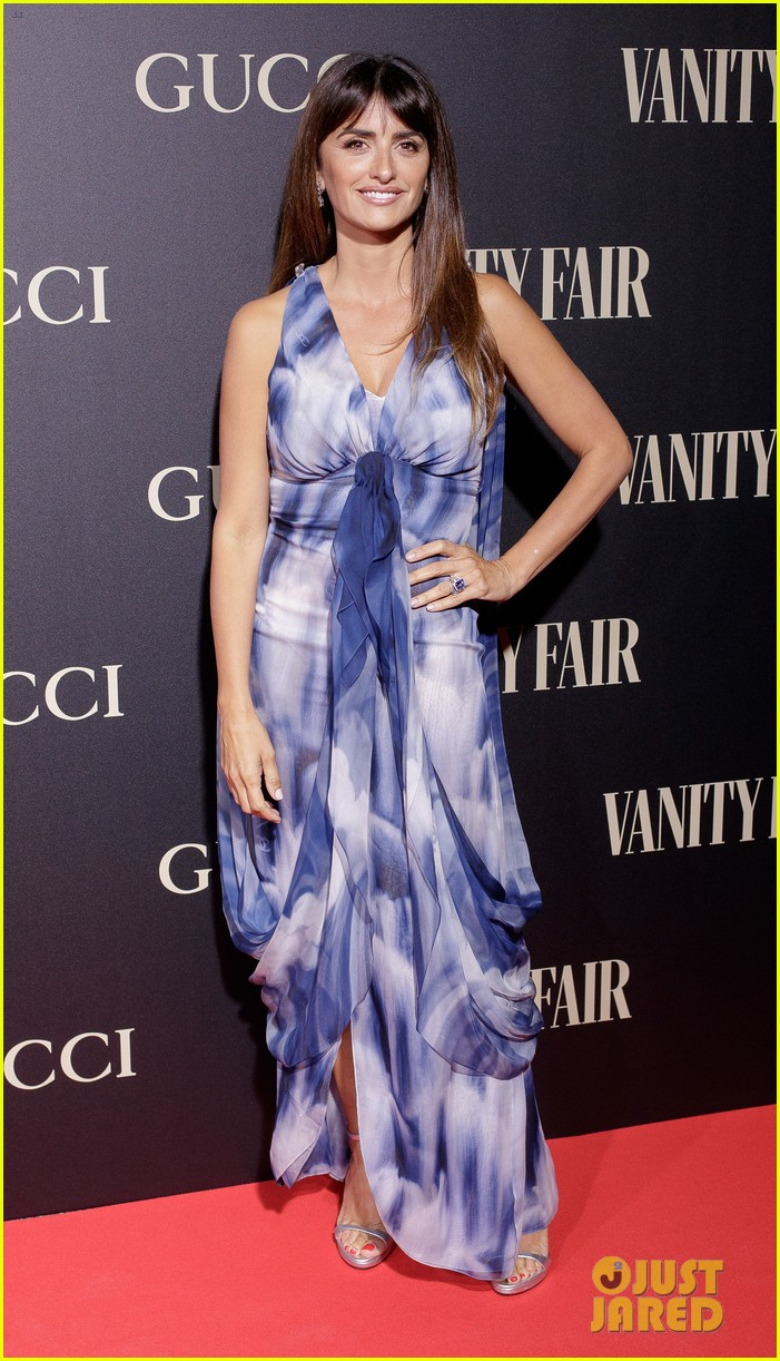 penelope cruz salma hayek step out for vanity fairs personality of the year awards 124154559