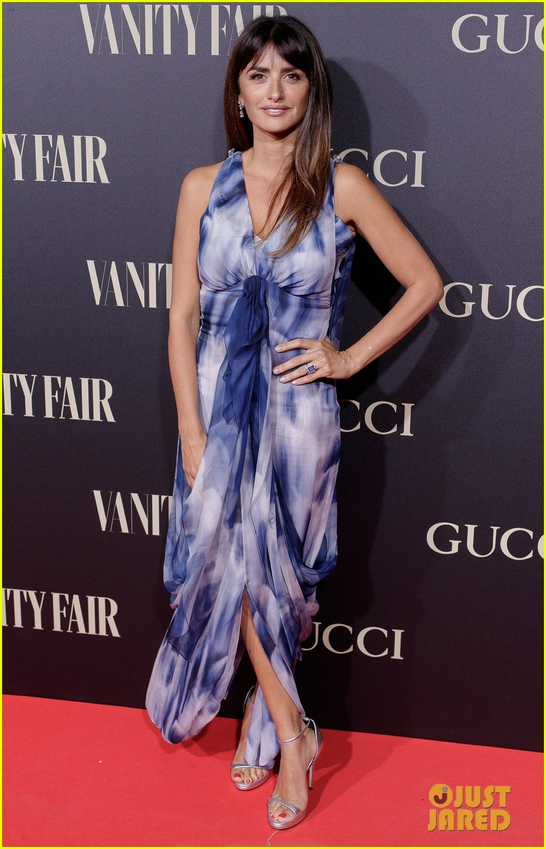 penelope cruz salma hayek step out for vanity fairs personality of the year awards 134154560