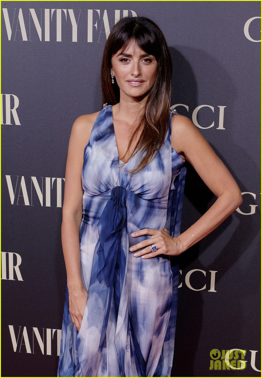 penelope cruz salma hayek step out for vanity fairs personality of the year awards 144154561