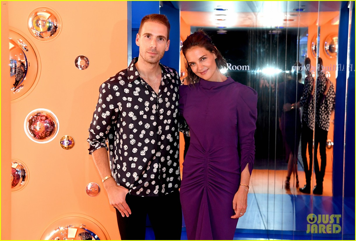 katie holmes supports simon hucks a human opening 024138922