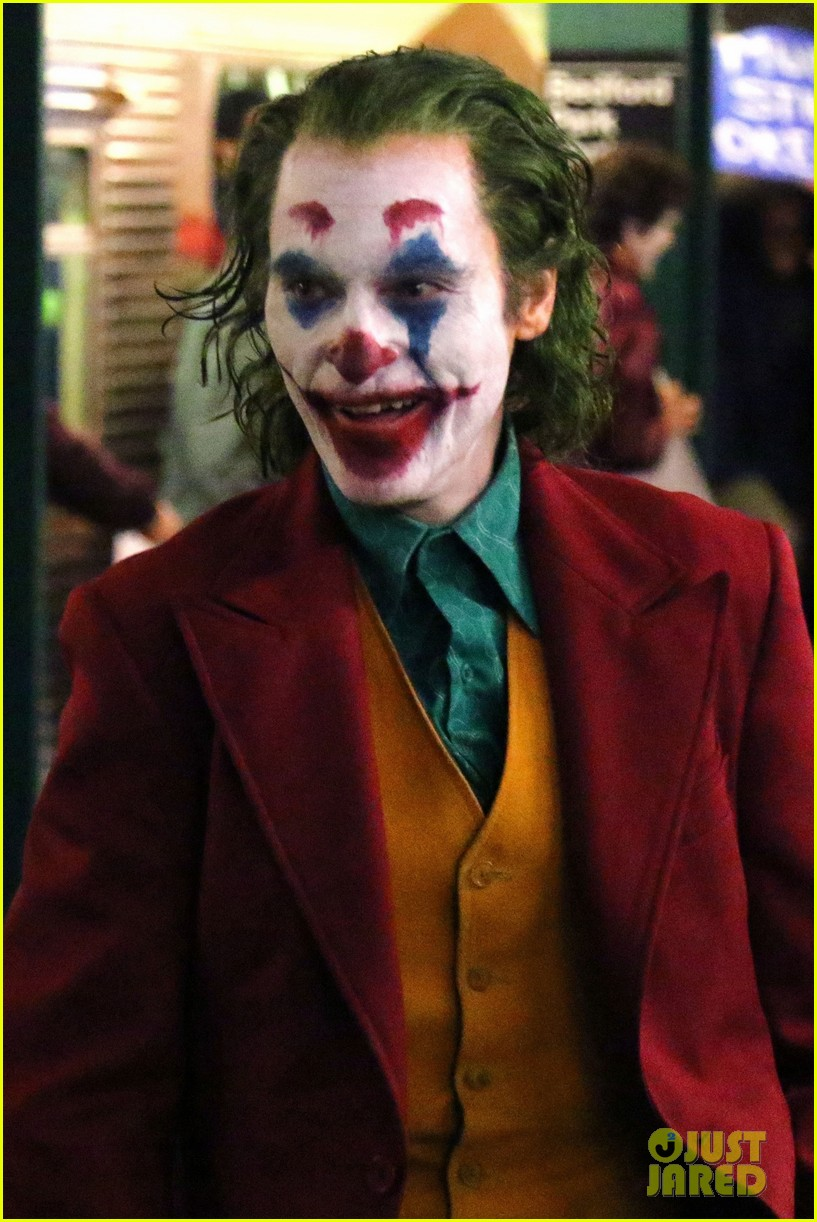 joaquin phoenix transforms into the joker filming riot scene 014151749