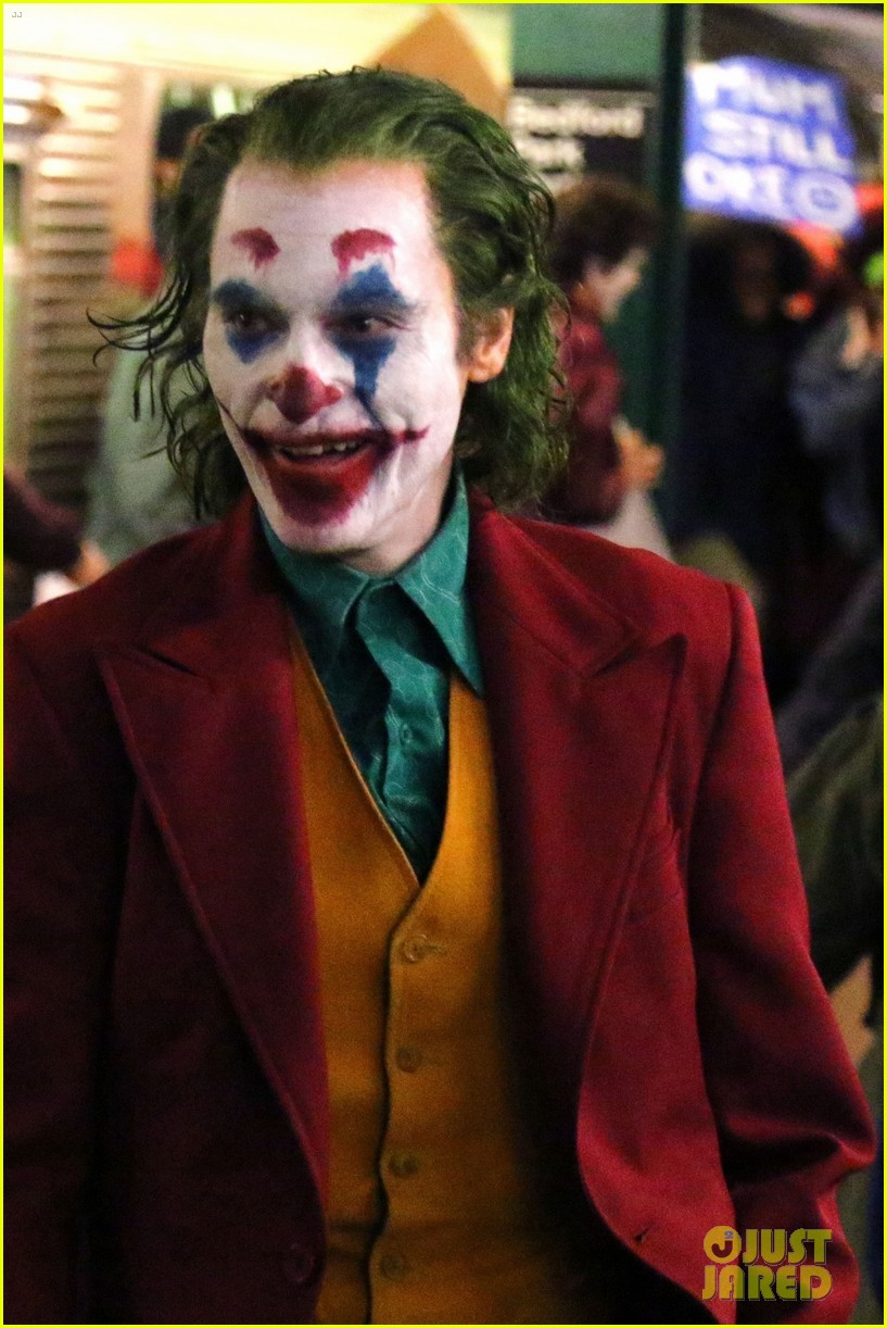 joaquin phoenix transforms into the joker while filming riot scene