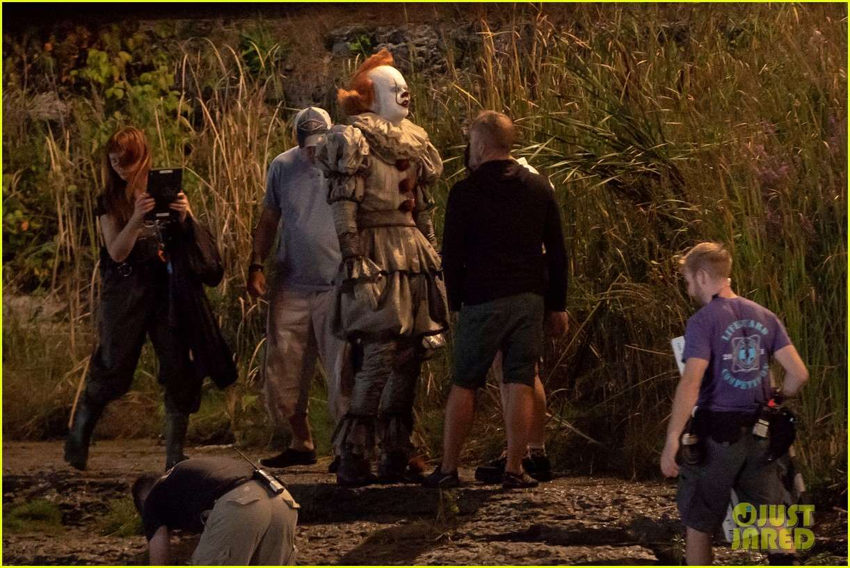 bill skarsgard gets into character as pennywise on it 2 set 014149214
