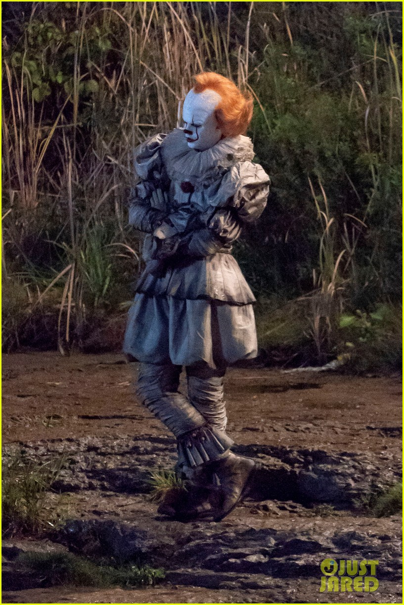 bill skarsgard gets into character as pennywise on it 2 set 024149215