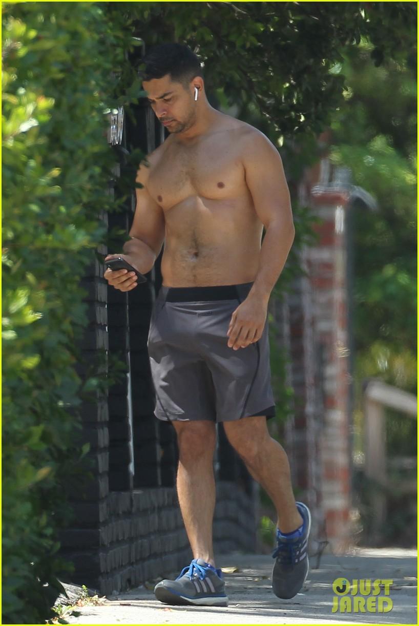 Wilmer Valderrama Bares Muscular Body On A Shirtless Run Photo