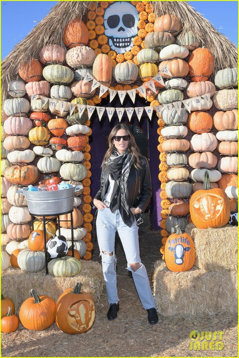 alessandra ambrosio molly sims pumpkin patch 06