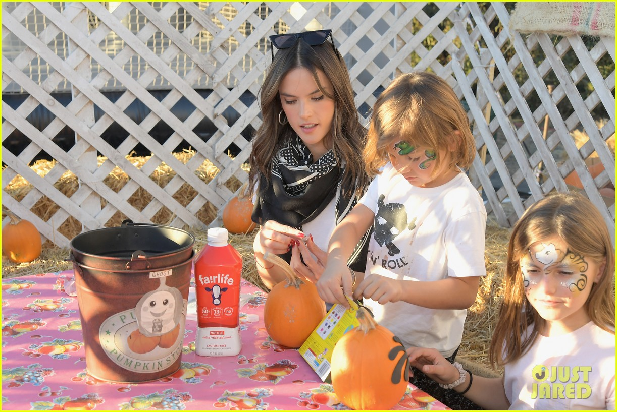 alessandra ambrosio molly sims pumpkin patch 09