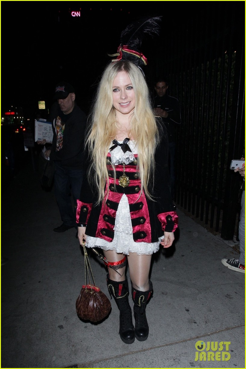 Just Jared Halloween Party 2020 Avril Lavigne Is a Pretty Pirate for Just Jared's Halloween Party