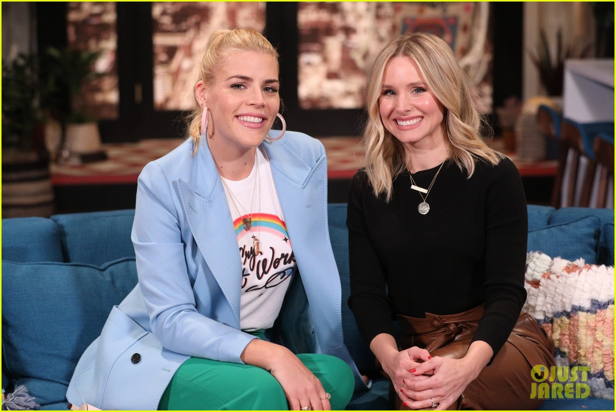 kristen bell has cry off with busy philipps on busy tonight 03