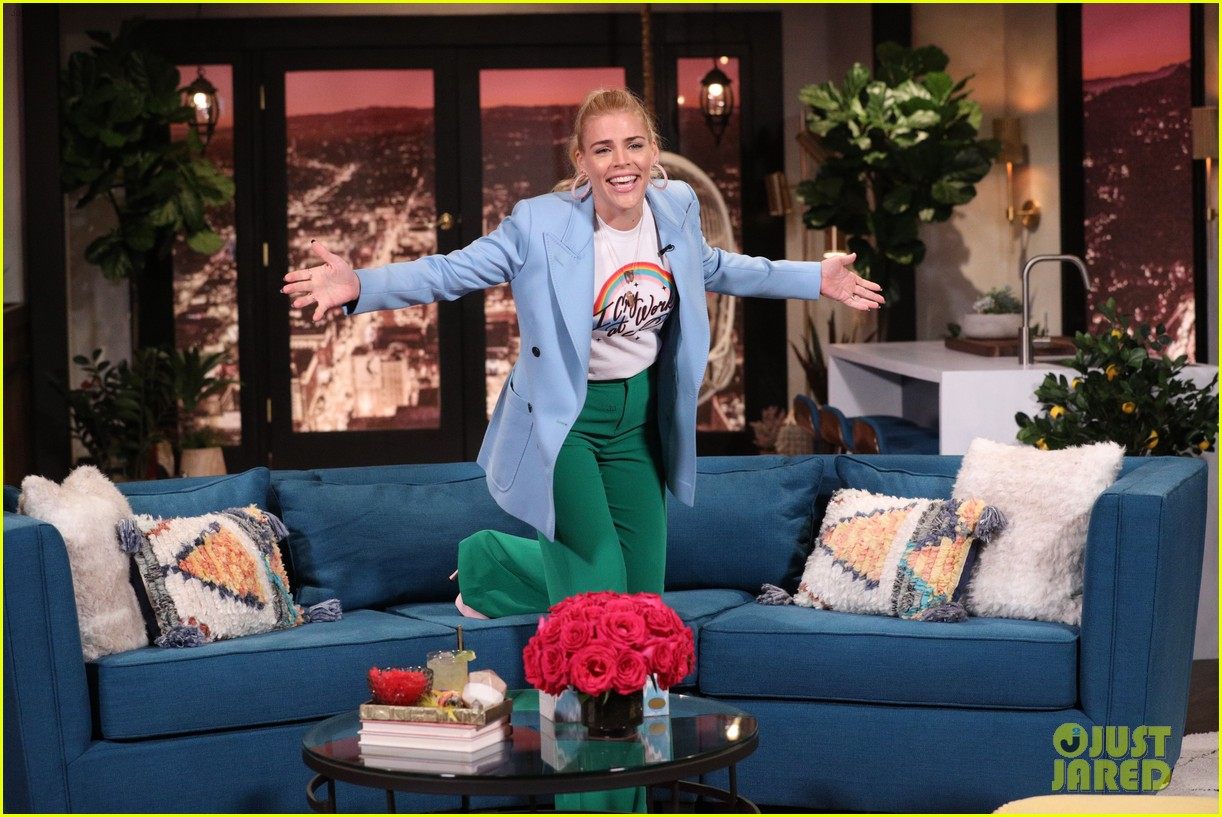 kristen bell has cry off with busy philipps on busy tonight 06